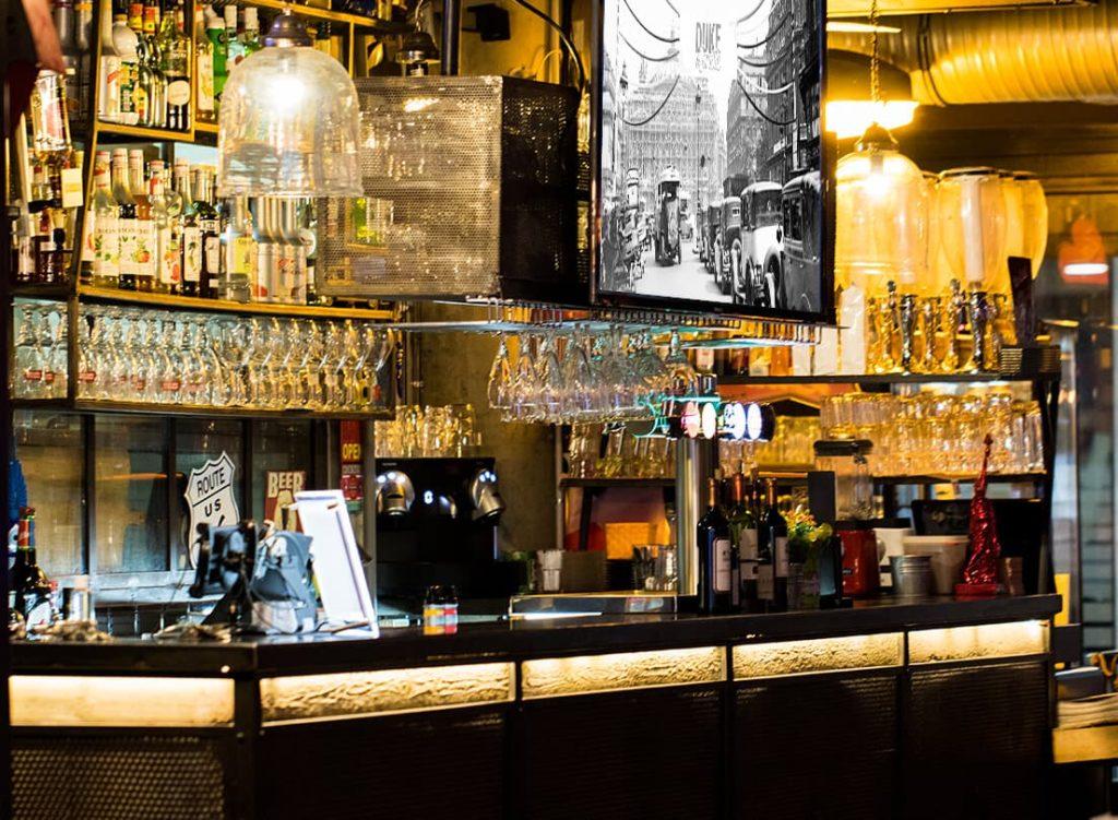 Le-bar-Duke-Janette